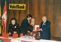 19 ŞUBAT 1997 SÜLEYMAN DEMİREL PLAKET VERİRKEN.jpg