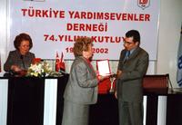 2002 74ÜNCÜ YIL BİRSEN ELDEM ÖDÜL VERİRKEN.jpg