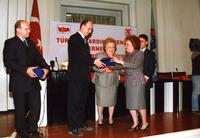2002 74ÜNCÜ YIL BİRSEN ELDEM ESKİ TALEBELERE ÖDÜL VERİRKEN.jpg